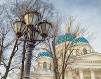 Una lanterna e le cupole della cattedrale della trinità in San Pietroburgo Fotografia Stock