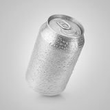 una latta di alluminio da 330 ml con le gocce di acqua Immagine Stock Libera da Diritti