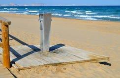 Una lavadora del pie en la playa Imagen de archivo libre de regalías