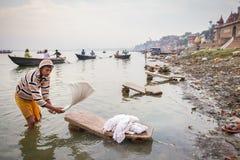 Una lavadora está trabajando en el agua santa del río el Ganges Imágenes de archivo libres de regalías