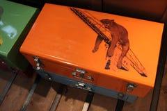 Una leona el dormir se dibuja en una maleta del metal en una tienda (Francia) Foto de archivo