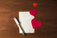 Una letra el día de tarjeta del día de San Valentín Imagenes de archivo
