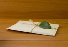 Una lettera con una foglia verde Immagini Stock Libere da Diritti