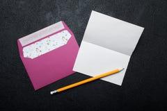 Una lettera romantica e una busta rosa per il San Valentino fotografie stock libere da diritti