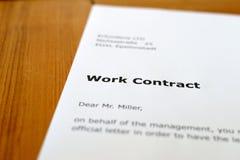 Una lettera su una tavola di legno Fotografie Stock