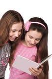 Una lettura dei due adolescenti isolata sul bianco Fotografie Stock