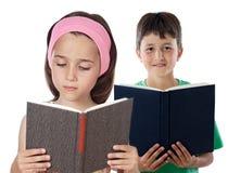Una lettura dei due bambini Fotografie Stock Libere da Diritti