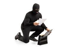 Una lettura del ladro documenti confidenziali Immagini Stock Libere da Diritti