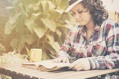 Una lettura dell'adolescente Fotografia Stock Libera da Diritti