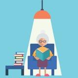 Una lettura della donna anziana Fotografie Stock