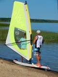 Una lezione di windsurf con un istruttore sul lago Plescheevo vicino alla città di Pereslavl-Zalessky in Russia Immagini Stock Libere da Diritti