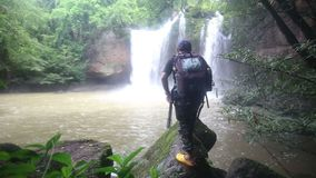 Una libertà maschio di viaggiatore con zaino e sacco a pelo video d archivio