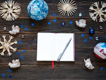 Una libreta en blanco rodeada por la decoración o las chucherías, s de la Navidad Imagen de archivo libre de regalías