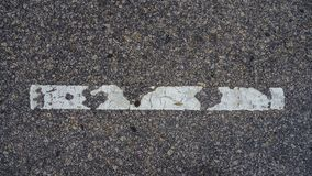 Una linea bianca sul pavimento fotografie stock libere da diritti