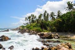 Una linea costiera idilliaca alla spiaggia di segreto di Mirissas fotografia stock libera da diritti