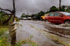 Una linea di automobili guida sulla strada sotto l'acqua Inondazione sulla via thailand fotografia stock libera da diritti
