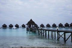 Una linea di bungalow sull'isola di vacanze delle Maldive Immagine Stock