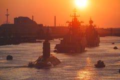 Una linea di navi da guerra navali militari russe moderne delle navi da guerra nella fila, nella flotta nordica e nella flotta de Immagini Stock