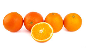 Una linea di quattro arance e di una nella parte anteriore Fotografia Stock Libera da Diritti
