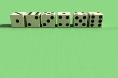 Una linea di sei dadi in primo piano Immagine Stock