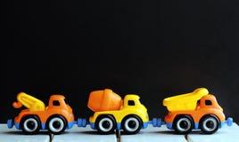 Una linea di tre camion del giocattolo Immagine Stock