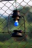 Una linterna de la ejecución en el cercado imagenes de archivo