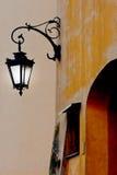 Una linterna luminosa está en ciudad de la tarde fotos de archivo