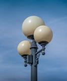Una linterna redonda de la calle en un fondo hermoso del cielo azul Imagenes de archivo