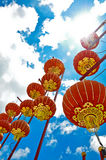 Una linterna roja con el fondo del cielo azul Fotos de archivo libres de regalías