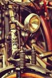 Una linterna y un pedazo de cuesta abajo-bici vieja en estilo retro Foto de archivo