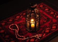 Una linterna y un rosario Fotos de archivo libres de regalías