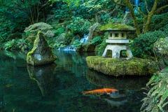 Una linterna y una cascada en el jardín del japonés de Portland Imágenes de archivo libres de regalías