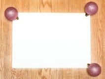 Una lista blanca en blanco con las bolas del rosa del Año Nuevo imágenes de archivo libres de regalías