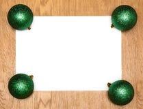 Una lista blanca en blanco con las bolas del verde del Año Nuevo fotos de archivo libres de regalías