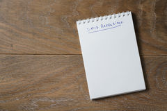 una lista di 2017 risoluzioni sul blocco note sulla tavola di legno Fotografia Stock