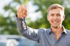 Una llave de la mano del ` s del hombre del coche con los botones para abrir o para cerrar la cerradura de puerta de coche Dueño  Imagenes de archivo