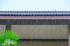 Una lluvia cae abajo en el tejado Fotos de archivo libres de regalías