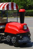 Una locomotora para el ` s de los niños camina en el parque Fotos de archivo libres de regalías