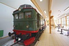 Una locomotora verde vieja en el museo de Flamsbana imagenes de archivo