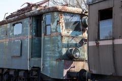Una locomotora verde vieja oxidada con el coche marrón imagen de archivo
