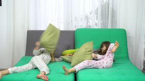 Una lotta di cuscino di due bambine archivi video