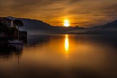 Una luce meravigliosa sul lago fotografia stock