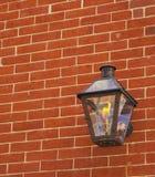 Una luce rossa del fuoco del muro di mattoni Fotografia Stock