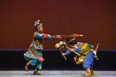 Una lucha drástica--€œLittle Worriors de la ópera de Pekín del  del family†de Yeuh's Foto de archivo