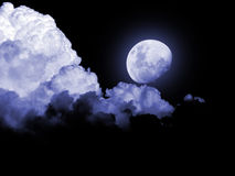 Noche tempestuosa de las nubes de la Luna Llena imágenes de archivo libres de regalías