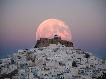 Una luna grande artificial sobre el castillo de Astypalaia fotografía de archivo libre de regalías
