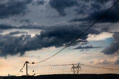 Una lunga fila di torri elettriche della trasmissione Fotografia Stock Libera da Diritti