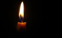Una luz de la vela en fondo negro Fotos de archivo libres de regalías