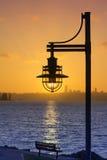 Una luz de los posts en la puesta del sol del invierno en Marsh Park, Kirkland, Washington 3 Foto de archivo libre de regalías