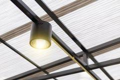 Una luz de techo negra con advierte la luz foto de archivo libre de regalías